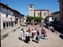 Dantzariak Aizarnako plazan, jaietan ateratako argazkia.
