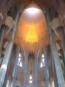 Gaudi arkitektoak diseinu berri bat erabili zuen Bartzelonako katedral hau egiterakoan.Argi naturalak sortzen du  efektu hau.