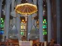 Gaudi arkitektoak diseinu berri bat erabili zuen Bartzelonako katedral hau egiterakoan. Barruan aldareari begira atera nuen argazki hau.