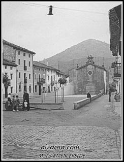 Zz-Don Juan Epelde apaiza plaza barrenean 1955urtean.( Argazkia Mari Karmen Epelde)