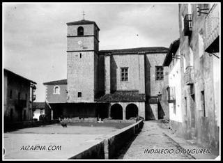 Aizarnako plaza 1914an plazan bi txakur bakarrik ikusten dira,beste denak lanean edo etxean.(argazkia Indalecio Ojanguren )