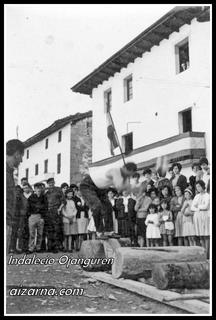 Aizkolariak Aizarnan 1965an zein ote dugu aizkolari hau (Argazkia Juan San Martin).