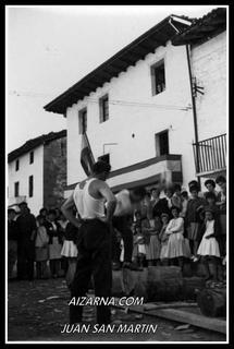 Aizarnan aizkolariak 1965.urtean, Amabirjinetakoa izango da seguruenik, (argazkia Juan San Martin)