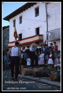 Aizkolaria Aizarnako enparantzan 1965 (argazkia Indalecio Ojanguren)
