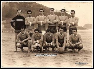 Zarauzko hondartzan jokatzen zuen Aizarnako futbol taldea (1967)