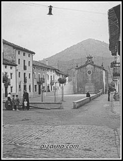 Don Juan Epelde apaiza plaza barrenean 1955urtean.( Argazkia Mari Karmen Epelde)
