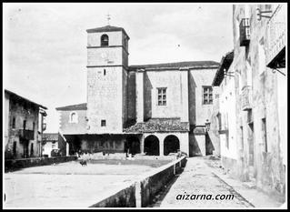 Aizarnako plaza 1914. urtean plazan bi txakur bakarrik ikusten dira,beste denak lanean edo etxean.(Argazkia Indalecio Ojanguren )