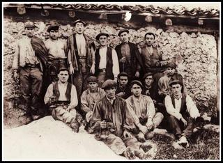 Zutik-(Ilurdan goikoa) (Alkatekoa) (Ibarrekoa) (Zubialde) (Kalegoiene)-erdian-Sebastian (Maixukoa) (Elkota) (Antxintxardi) (krispin Ibarrekoa)-aurrean-Joxe Bernardo Ibarrekoa) (Etxeberritxo)- urtea 1920-(Argazkia Martin Uzkudun)
