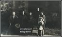 Zz-Calbarioko  ermitan. Carrero Antin familia pepe Villar famatua eta  Aizarnako parrokiko  erretorea. (1946) En la ermita del Calvario. Familia Carrero Antin  con Pepe Villar y el rector de la parroquia de Aizarna (1946)