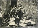 Zz-Karrero Antin familia eta lagunak, Aizarnako Kontxita Eguigurenekin. Argazkia Santa Engrazia ermitan  eta 1948 urtean.