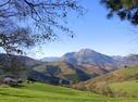 Aizarnako Irure baserria, paisaia eder baten erdian