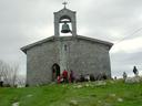 Apirilak 18. Santa Engraziko ermitan mendizaleak paisaiarekin gozatzen.