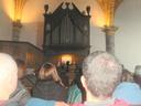 Aizarnako elizan dagoen organo zaharra eta entzuleak ikusten dira argazki honetan. Loreto F. Imaz organo joleak  eman zuen kontzertuan.