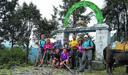 El grupo de amigos, entre los que se encuentran los padres de Beñat Arrue, Arantxa y Pello, en el reciente viaje realizado a Nepal. (Argazkia Diario Vasco.com)