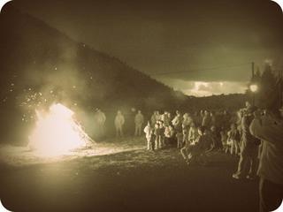 Hauek  ondo erre eta beste solstiziora arte egoerak hobera egitea eskatuko diogu. Ea suak laguntzen digun.  (San Juan sua Aizarnan)