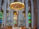 Sagrada Familia izenarekin ezagutzen dugun katedrala Bartzelonan dago kokatua, benetan eraikuntza ikusgarria eta modernoa dela ezin ukatu. Gaudi arkitektoa naturarekin oinarritu zen eraikuntza hau egiterakoan, zutabeak, arbolen itxura dute eta sabaiak hostoena eta abar. Iri honetara bidaia  egin berria dut eta  hau ikusi gabe zaila da itzultzea hemendik eta argazki batzuk atera gabe gutxiago, nire kasuan behintzat.  Aldareari begira atera nuen argazki hau begira zer itxura duen. ( 1 )