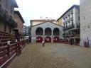 Zestoa prestatu da jaiak ospatzeko betiko barrera klasikoak plazan dituela.