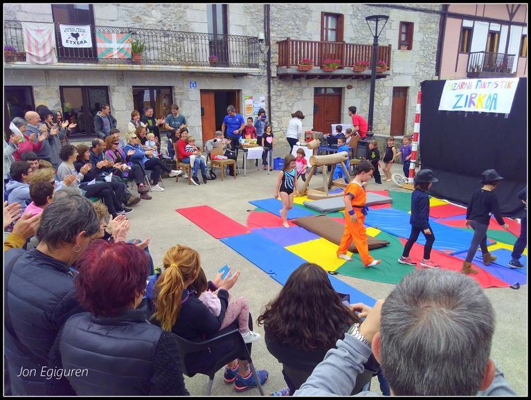 Begira nolako giroa sortu zuten herriko plazan.
