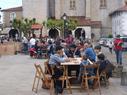 Txahal errearekin otordua egiten plazan.( Pazko jai eguneko irudia)