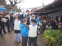 Santa Ageda bezperari dagokion ohiturari jarraituz, Lasaoko gazte eta haur taldea  ikusten da  Aizarnako Igartza baserrian. ( 1 )