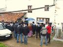 Santa Ageda bezperari dagokion ohiturari jarraituz, Lasaoko gazte eta haur taldea  ikusten da  Aizarnako Igartza baserrian. ( 3 )