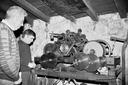 1975 urtean egin zioten lehen automatizazioa erloju zahar honi. Argazkian ikusten diren bi gizon hauek arduratu ziren horretan. (2)